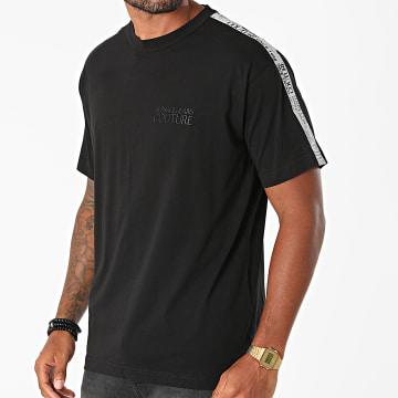 Versace Jeans Couture - Tee Shirt A Bandes Regular Tape Logo 71GAH6R9-J0001 Noir Réfléchissant