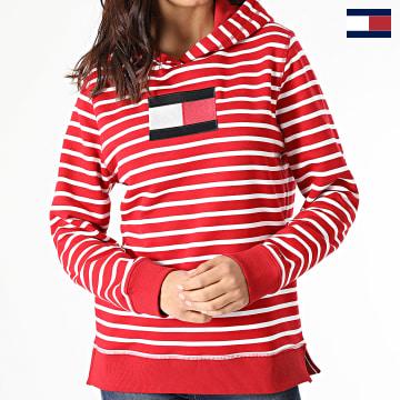 https://laboutiqueofficielle-res.cloudinary.com/image/upload/v1627566657/Marketing/WATERMARK%20svg/2logo_tommy_hilfiger.svg Tommy Hilfiger - Sweat Capuche Femme A Rayures ABO Regular Flag 2440 Rouge Blanc