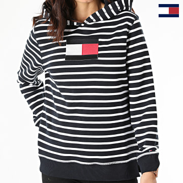 https://laboutiqueofficielle-res.cloudinary.com/image/upload/v1627566657/Marketing/WATERMARK%20svg/2logo_tommy_hilfiger.svg Tommy Hilfiger - Sweat Capuche Femme A Rayures ABO Regular Flag 2440 Bleu Marine Blanc