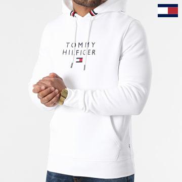 https://laboutiqueofficielle-res.cloudinary.com/image/upload/v1627566657/Marketing/WATERMARK%20svg/2logo_tommy_hilfiger.svg Tommy Hilfiger - Sweat Capuche Stacked Tommy Flag 7397 Blanc