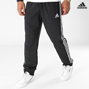 https://laboutiqueofficielle-res.cloudinary.com/image/upload/v1627638668/Desc/Watermark/adidas_performance.svg Adidas Performance - Pantalon Jogging A Bandes GK8980 Noir