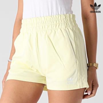 https://laboutiqueofficielle-res.cloudinary.com/image/upload/v1627646526/Desc/Watermark/3adidas_orginal.svg Adidas Originals - Short Jogging Femme A Bandes H56439 Jaune