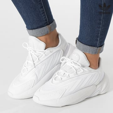 https://laboutiqueofficielle-res.cloudinary.com/image/upload/v1627646526/Desc/Watermark/3adidas_orginal.svg Adidas Originals - Baskets Ozelia H03132 Cloud White