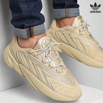 https://laboutiqueofficielle-res.cloudinary.com/image/upload/v1627646526/Desc/Watermark/3adidas_orginal.svg Adidas Originals - Baskets Ozelia GV7685 Savanna Savanna