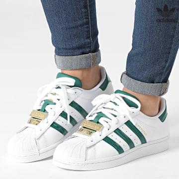 https://laboutiqueofficielle-res.cloudinary.com/image/upload/v1627646526/Desc/Watermark/3adidas_orginal.svg Adidas Originals - Baskets Femme Superstar H03909 Cloud White Collegiate Green Gold