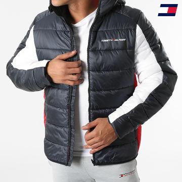 https://laboutiqueofficielle-res.cloudinary.com/image/upload/v1627646949/Desc/Watermark/10logo_tommy_sport.svg Tommy Sport - Doudoune Insulation 8946 Bleu Marine Blanc Rouge
