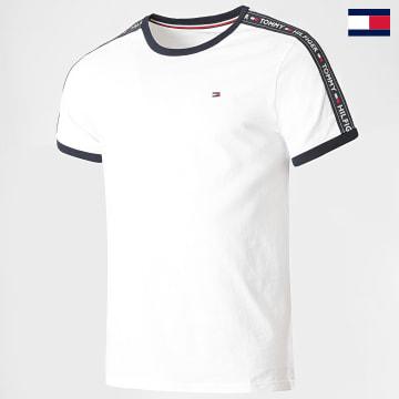 https://laboutiqueofficielle-res.cloudinary.com/image/upload/v1627647047/Desc/Watermark/7logo_tommy_hilfiger.svg Tommy Hilfiger - Tee Shirt A Bandes RN 0562 Blanc