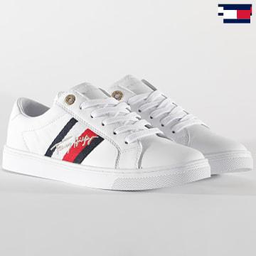 https://laboutiqueofficielle-res.cloudinary.com/image/upload/v1627647047/Desc/Watermark/7logo_tommy_hilfiger.svg Tommy Hilfiger - Baskets Femme The Signature Cupsole Sneaker 5224 White