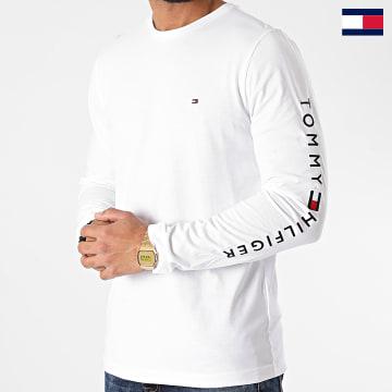 https://laboutiqueofficielle-res.cloudinary.com/image/upload/v1627647047/Desc/Watermark/7logo_tommy_hilfiger.svg Tommy Hilfiger - Tee Shirt Manches Longues Logo 9096 Blanc