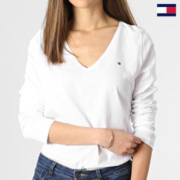 https://laboutiqueofficielle-res.cloudinary.com/image/upload/v1627647047/Desc/Watermark/7logo_tommy_hilfiger.svg Tommy Hilfiger - Tee Shirt Manches Longues Femme Col V Regular Classic 0489 Blanc