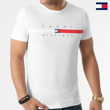 https://laboutiqueofficielle-res.cloudinary.com/image/upload/v1627647047/Desc/Watermark/7logo_tommy_hilfiger.svg Tommy Hilfiger - Tee Shirt Global Stripe Chest 6572 Blanc