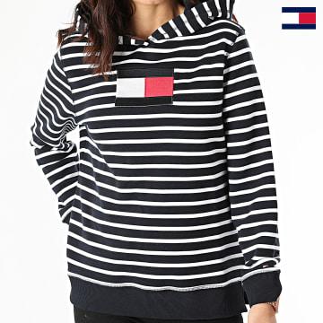 https://laboutiqueofficielle-res.cloudinary.com/image/upload/v1627647047/Desc/Watermark/7logo_tommy_hilfiger.svg Tommy Hilfiger - Sweat Capuche Femme A Rayures ABO Regular Flag 2440 Bleu Marine Blanc