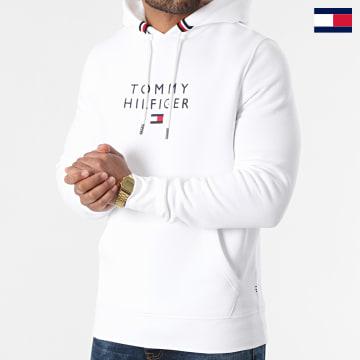 https://laboutiqueofficielle-res.cloudinary.com/image/upload/v1627647047/Desc/Watermark/7logo_tommy_hilfiger.svg Tommy Hilfiger - Sweat Capuche Stacked Tommy Flag 7397 Blanc