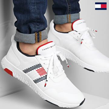 https://laboutiqueofficielle-res.cloudinary.com/image/upload/v1627647047/Desc/Watermark/7logo_tommy_hilfiger.svg Tommy Hilfiger - Baskets Lightweight Runner Flag Mix 3399 White