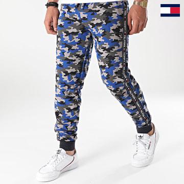 https://laboutiqueofficielle-res.cloudinary.com/image/upload/v1627647047/Desc/Watermark/7logo_tommy_hilfiger.svg Tommy Hilfiger - Pantalon Jogging A Bandes 2154 Gris Bleu Roi Camouflage