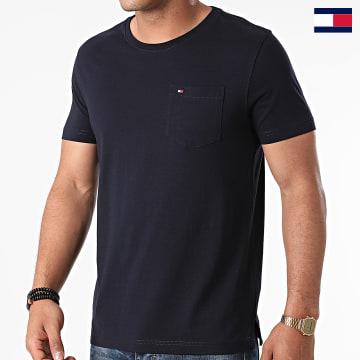 https://laboutiqueofficielle-res.cloudinary.com/image/upload/v1627647047/Desc/Watermark/7logo_tommy_hilfiger.svg Tommy Hilfiger - Tee Shirt Poche 9230 Bleu Marine