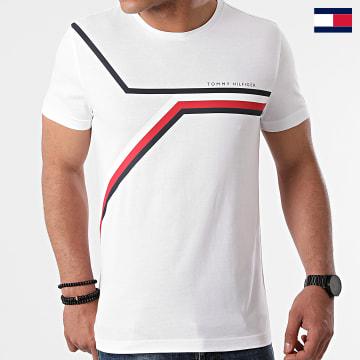 https://laboutiqueofficielle-res.cloudinary.com/image/upload/v1627647047/Desc/Watermark/7logo_tommy_hilfiger.svg Tommy Hilfiger - Tee Shirt Split Chest Stripe 8724 Blanc