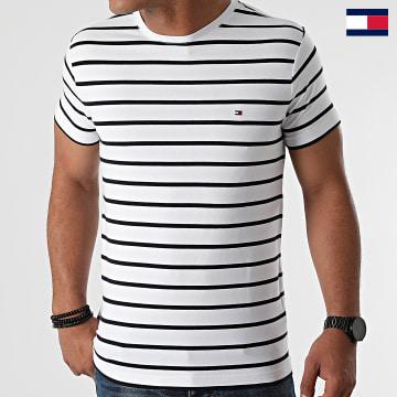 https://laboutiqueofficielle-res.cloudinary.com/image/upload/v1627647047/Desc/Watermark/7logo_tommy_hilfiger.svg Tommy Hilfiger - Tee Shirt A Rayures Stretch Slim Fit 0800 Blanc Bleu Marine