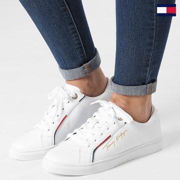 https://laboutiqueofficielle-res.cloudinary.com/image/upload/v1627647047/Desc/Watermark/7logo_tommy_hilfiger.svg Tommy Hilfiger - Baskets Femme Signature Sneaker 5910 White