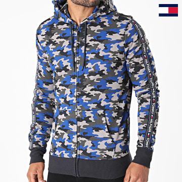 https://laboutiqueofficielle-res.cloudinary.com/image/upload/v1627647047/Desc/Watermark/7logo_tommy_hilfiger.svg Tommy Hilfiger - Sweat Zippé Capuche A Bandes 2140 Gris Bleu Roi Camouflage