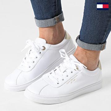 https://laboutiqueofficielle-res.cloudinary.com/image/upload/v1627647047/Desc/Watermark/7logo_tommy_hilfiger.svg Tommy Hilfiger - Baskets Femme Court Leather 5795 White