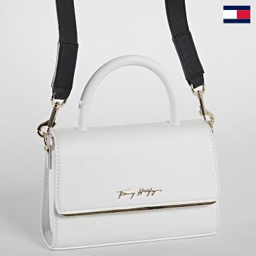 https://laboutiqueofficielle-res.cloudinary.com/image/upload/v1627647047/Desc/Watermark/7logo_tommy_hilfiger.svg Tommy Hilfiger - Sac A Main Femme Modern Bar 0099 Blanc