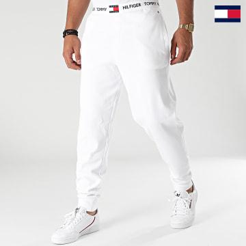 https://laboutiqueofficielle-res.cloudinary.com/image/upload/v1627647047/Desc/Watermark/7logo_tommy_hilfiger.svg Tommy Hilfiger - Pantalon Jogging 1769 Blanc