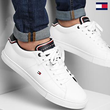 https://laboutiqueofficielle-res.cloudinary.com/image/upload/v1627647047/Desc/Watermark/7logo_tommy_hilfiger.svg Tommy Hilfiger - Baskets Essential Leather 3739 White
