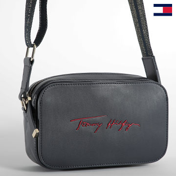 https://laboutiqueofficielle-res.cloudinary.com/image/upload/v1627647047/Desc/Watermark/7logo_tommy_hilfiger.svg Tommy Hilfiger - Sac A Main Femme Iconic Camera Bag Signature 0464 Bleu Marine