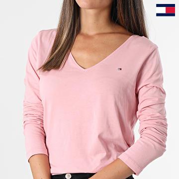 https://laboutiqueofficielle-res.cloudinary.com/image/upload/v1627647047/Desc/Watermark/7logo_tommy_hilfiger.svg Tommy Hilfiger - Tee Shirt Manches Longues Femme Col V 0489 Rose