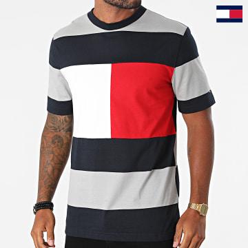https://laboutiqueofficielle-res.cloudinary.com/image/upload/v1627647047/Desc/Watermark/7logo_tommy_hilfiger.svg Tommy Hilfiger - Tee Shirt Fashion Block Stripe 9341 Gris Bleu Marine