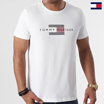 https://laboutiqueofficielle-res.cloudinary.com/image/upload/v1627647047/Desc/Watermark/7logo_tommy_hilfiger.svg Tommy Hilfiger - Tee Shirt Lines 0164 Blanc