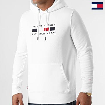 https://laboutiqueofficielle-res.cloudinary.com/image/upload/v1627647047/Desc/Watermark/7logo_tommy_hilfiger.svg Tommy Hilfiger - Sweat Capuche Four Flag 0132 Blanc