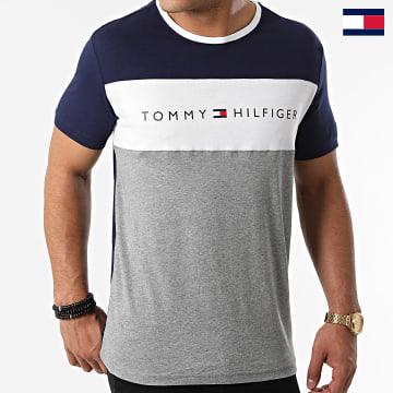 https://laboutiqueofficielle-res.cloudinary.com/image/upload/v1627647047/Desc/Watermark/7logo_tommy_hilfiger.svg Tommy Hilfiger - Tee Shirt CN Logo Flag 1170 Bleu Marine Gris Chiné Blanc