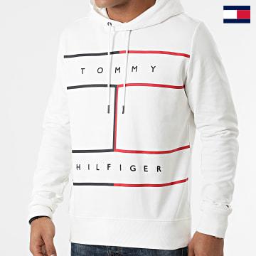 https://laboutiqueofficielle-res.cloudinary.com/image/upload/v1627647047/Desc/Watermark/7logo_tommy_hilfiger.svg Tommy Hilfiger - Sweat Capuche Large RWB Flag 5048 Blanc