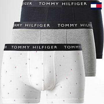 https://laboutiqueofficielle-res.cloudinary.com/image/upload/v1627647047/Desc/Watermark/7logo_tommy_hilfiger.svg Tommy Hilfiger - Lot De 3 Boxers Premium Essentials 2325 Bleu Marine Gris Chiné Blanc