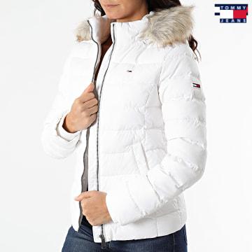 https://laboutiqueofficielle-res.cloudinary.com/image/upload/v1627651009/Desc/Watermark/3logo_tommy_jeans.svg Tommy Jeans - Doudoune Capuche Fourrure Femme Basic 8588 Blanc