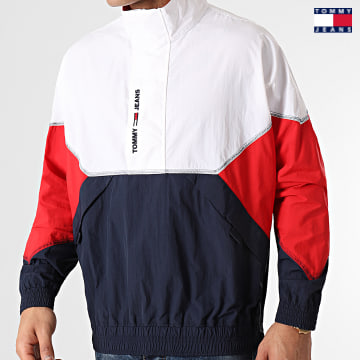 https://laboutiqueofficielle-res.cloudinary.com/image/upload/v1627651009/Desc/Watermark/3logo_tommy_jeans.svg Tommy Jeans - Veste Col Zippée Lightweight Popover 0640 Bleu Marine Blanc Rouge