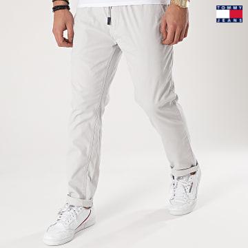 https://laboutiqueofficielle-res.cloudinary.com/image/upload/v1627651009/Desc/Watermark/3logo_tommy_jeans.svg Tommy Jeans - Pantalon Chino Slim Scanton 0125 Gris Clair