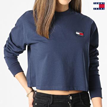 https://laboutiqueofficielle-res.cloudinary.com/image/upload/v1627651009/Desc/Watermark/3logo_tommy_jeans.svg Tommy Jeans - Tee Shirt Manches Longues Femme Crop Tommy Badge 9104 Bleu Marine