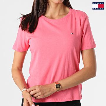 https://laboutiqueofficielle-res.cloudinary.com/image/upload/v1627651009/Desc/Watermark/3logo_tommy_jeans.svg Tommy Jeans - Tee Shirt Femme Soft Jersey 6901 Rose