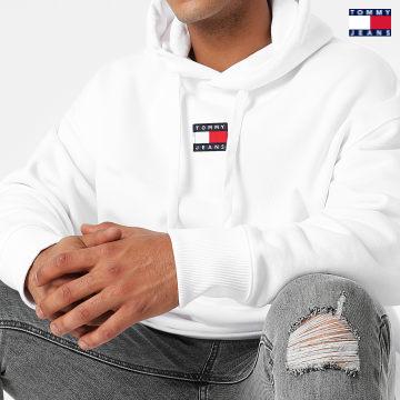 https://laboutiqueofficielle-res.cloudinary.com/image/upload/v1627651009/Desc/Watermark/3logo_tommy_jeans.svg Tommy Jeans - Sweat Capuche Tommy Badge 0904 Blanc
