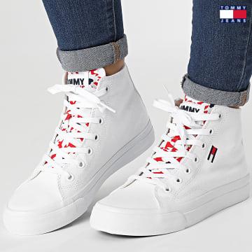 https://laboutiqueofficielle-res.cloudinary.com/image/upload/v1627651009/Desc/Watermark/3logo_tommy_jeans.svg Tommy Jeans - Baskets Femme Mid Cut Vulcanized 1444 White