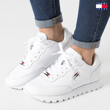 https://laboutiqueofficielle-res.cloudinary.com/image/upload/v1627651009/Desc/Watermark/3logo_tommy_jeans.svg Tommy Jeans - Baskets Femme Leather Runner 1422 White