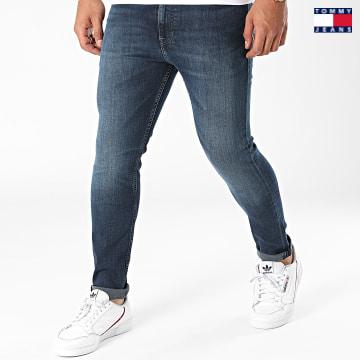 https://laboutiqueofficielle-res.cloudinary.com/image/upload/v1627651009/Desc/Watermark/3logo_tommy_jeans.svg Tommy Jeans - Jean Slim Simon 0819 Bleu Denim