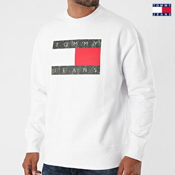 https://laboutiqueofficielle-res.cloudinary.com/image/upload/v1627651009/Desc/Watermark/3logo_tommy_jeans.svg Tommy Jeans - Sweat Crewneck Camo Flag 1008 Blanc