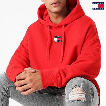 https://laboutiqueofficielle-res.cloudinary.com/image/upload/v1627651009/Desc/Watermark/3logo_tommy_jeans.svg Tommy Jeans - Sweat Capuche Tommy Badge 0904 Rouge