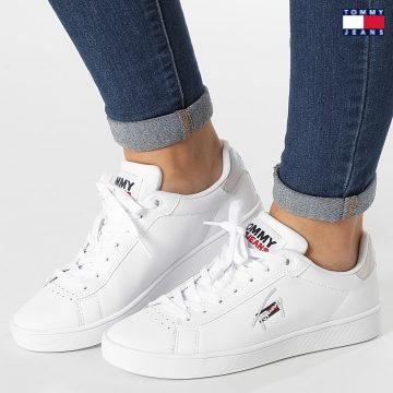 https://laboutiqueofficielle-res.cloudinary.com/image/upload/v1627651009/Desc/Watermark/3logo_tommy_jeans.svg Tommy Jeans - Baskets Iridescent Detail Cupsole 1610 White