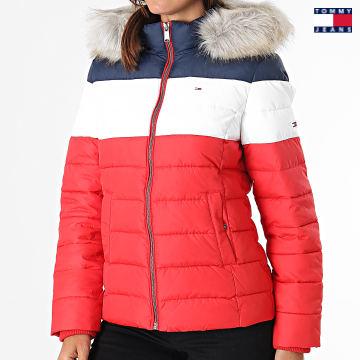 https://laboutiqueofficielle-res.cloudinary.com/image/upload/v1627651009/Desc/Watermark/3logo_tommy_jeans.svg Tommy Jeans - Doudoune Capuche Fourrure Femme Tricolore 9065 Rouge Blanc Bleu Marine