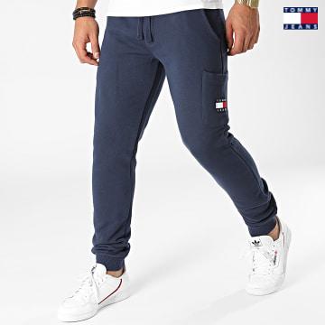 https://laboutiqueofficielle-res.cloudinary.com/image/upload/v1627651009/Desc/Watermark/3logo_tommy_jeans.svg Tommy Jeans - Pantalon Jogging Tommy Badge 1221 Bleu Marine